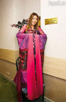 Анита Цой у именной таблички Кобзона, которую перевезли из гримерки концертного зала «Россия» в «Лужники»