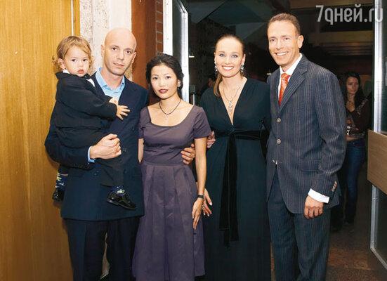 Сын именинника Андрей с женой Настей и сыном Мишей, дочь Наташа с мужем Юрием