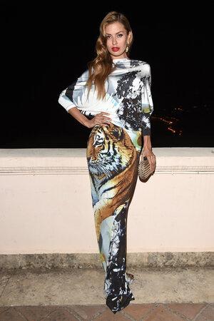 Виктория Боня в платье от Philipp Plein, с клатчем от Bottega Veneta