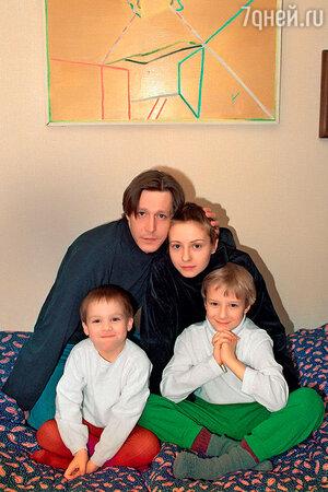 Михаил Ефремов с третьей женой Евгенией Добровольской, их сыном Николаем и сыном Евгении от первого брака Степаном. 1995 г.