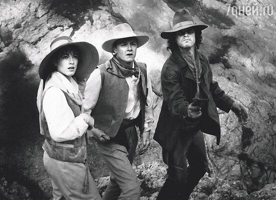 В фильме «Сердца трех» головной убор утвердили на «роль» гораздо раньше,  чем режиссер — меня. Жалею, что не выкупила эту соломенную шляпку на память о своем дебюте. С В. Шевельковым и С. Жигуновым