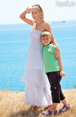 На Алене платье EMAMO (ESTELLE HAUTE CREATION), на Григории поло «LACOSTE»