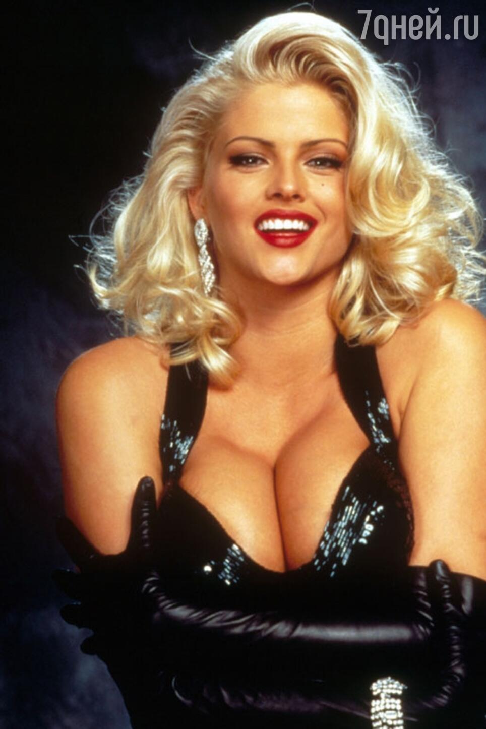 В 1994 году Анна Николь Смит сделала операцию по увеличению груди