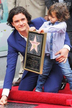 Орландо Блум с сыном Флинном на «Аллее славы»
