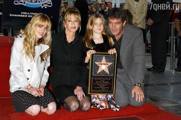 Антонио Бандерас и Мелани Гриффит с дочерьми Стеллой Бандерас и Дакотой Джонсон