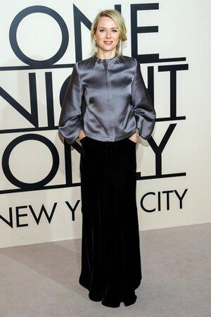 Наоми Уотс надела серый шелковый жакет с длинными рукавами и длинную черную юбку