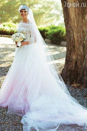 Cвадьба Энн Хэтэуэй состоялась в 2012 году.  в платье от Valentino Couture