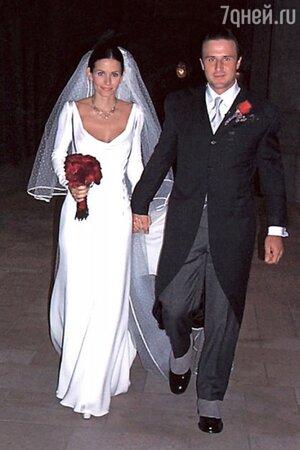 В 1999 Кортни Кокс вышла замуж за Дэвида Аркетта в платье от Valentino