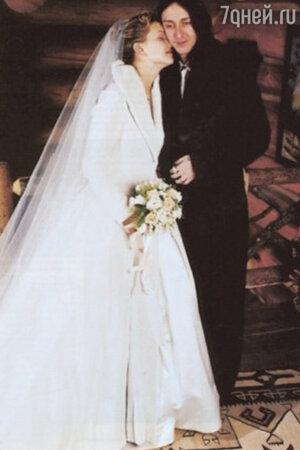 В 2000 году Кейт Хадсон впервые вышла замуж за рок-музыканта Криса Робинсона
