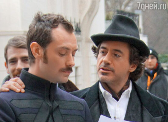 На съемках фильма ГаяРичи «ШерлокХолмс». Лоуиграет доктора Ватсона, аРоберт Дауни-мл. — Холмса