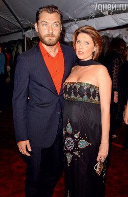 С бывшей женой иматерью троих егодетей Сэди Фрост (за год до развода) вНью-Йорке напремьере фильма Сэма Мендеса «Проклятый путь». 2002г.