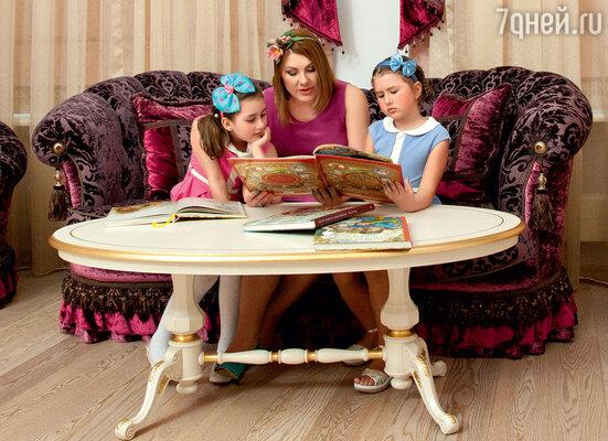 С дочками Эвелин и Амалией в московской квартире