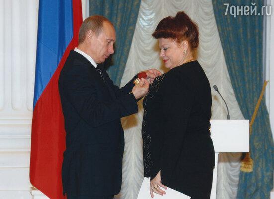 Владимир Путин вручает орден Людмиде Рюминой