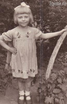 Любовь к народному искусству я впитывала с детства.  Приезжая в деревню к родственникам, наслаждалась старинными русскими народными песнями