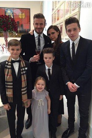 Виктория и Дэвид Бекхэмы с детьми