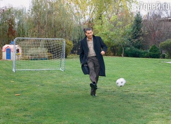 Ярослав Бойко в перерыве между съемками «пробует ногами» футбольную площадку. Если бы сценаристы догадались включить футбольные сцены в фильм, они бы доставили артисту истинное удовольствие. «Я же из Киева. Там все играют в футбол», — комментирует актер