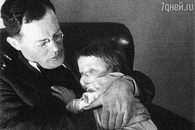Илья Ильф с дочкой Сашей. 1936 г.