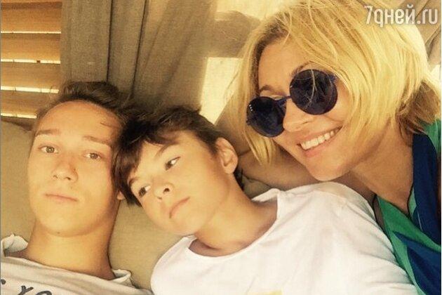 Анжелика Агурбаш с сыновьями Никитой и Анастасом