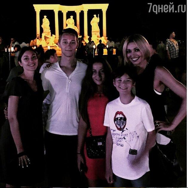 Анжелика Агурбаш с детьми
