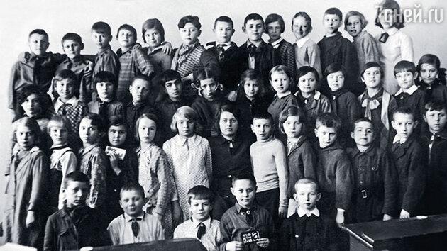 Евгений Леонов (второй слева в нижнем ряду) с одноклассниками