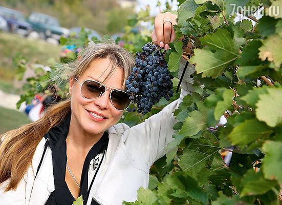Наталья Громушкина помогла местным жителям собрать урожай винограда