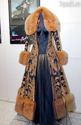 Однажды маэстро увидел ткань для штор и загорелся идеей... Так появилось фирменное пальто от Зайцева — с приталенным силуэтом и меховой отделкой, как в дореволюционной России