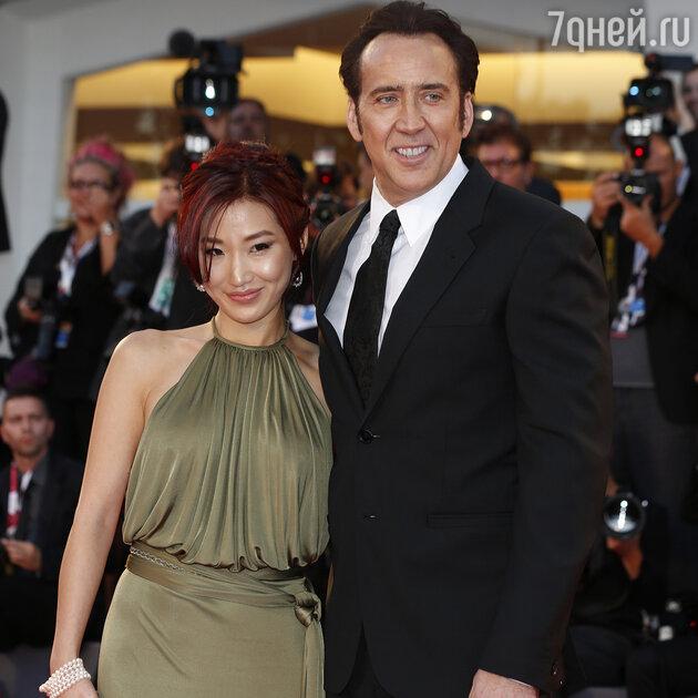Николас Кейдж с женой Элис Ким
