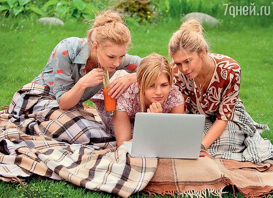 В перерыве между съемками актрисы с удовольствием пересматривали свои фотографии «в образе»