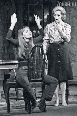 Лариса Луппиан c Алисой Фрейндлих в спектакле «Двери хлопают». 1976 г.