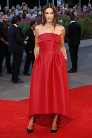 Алессандра Амбросио в платье от Alberta Ferretti на Венецианском Кинофестивале