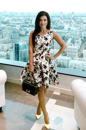 Жасмин в платье от Oscar de la Renta, туфлях от Saint Laurent и сумочкой от Hermes