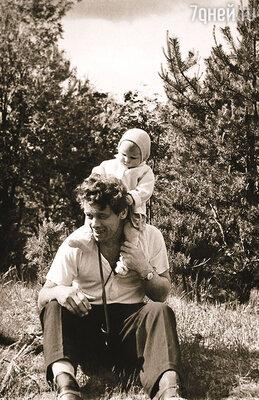 Наши родные свидетельствуют: отец, когда я была младенцем, меня просто обожал, не мог наглядеться! А потом… отвернулся