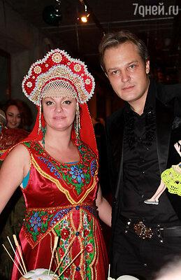 Наталья Толстая (слева)
