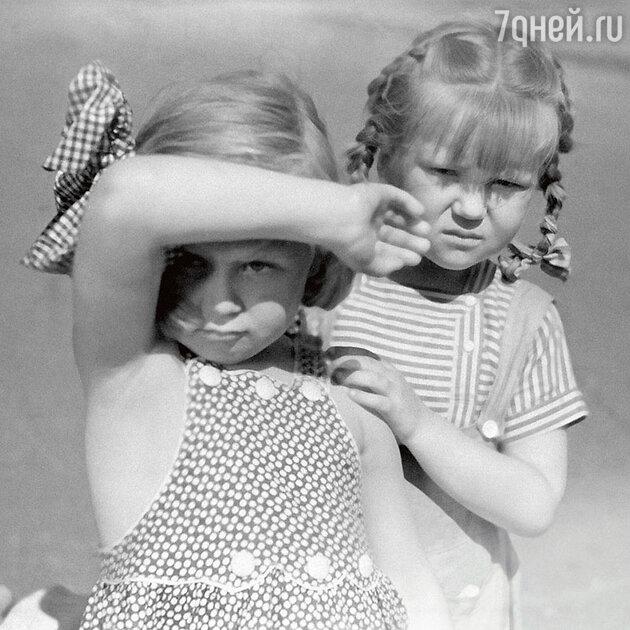 Светлана Немоляева с Еленой Чайковской (справа) вфильме «Близнецы». 1945 г.