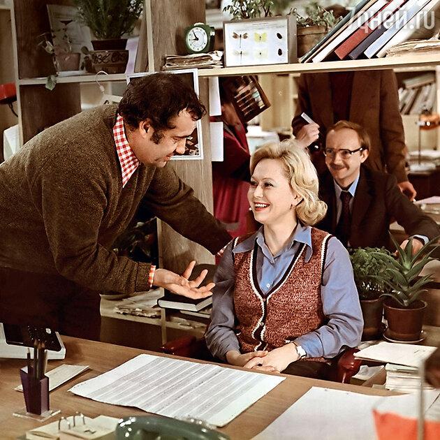 Светлана Немоляева с Эльдаром Рязановым и Андреем Мягковым насъемках фильма «Служебный роман».  1977 г.