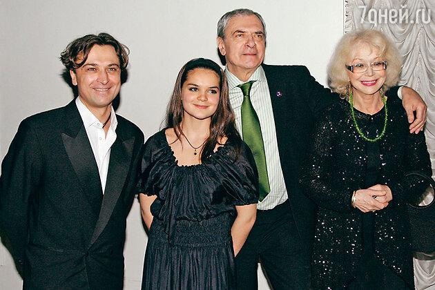 Светлана Немоляева с мужем Александром Лазаревым, сыном Александром и внучкой Полиной. 2007 г.
