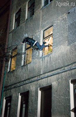 Отчаянной смелости каскадер Александр Шульга, исполняя этот трюк, сильно повредил себе руку