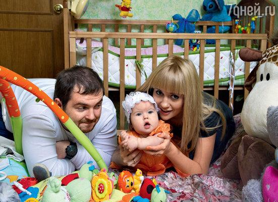 Новоиспеченные родители с шестимесячной дочкой Соней
