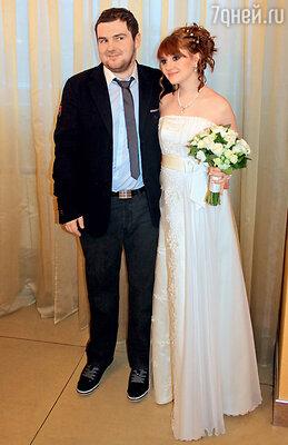 Для Ани было очень важно, чтобы ребенок родился в законном браке. Свадьбу сыграли, когда невеста была на шестом месяце беременности. Январь 2012 г.