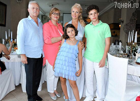 Екатерина Одинцова  с родителями и детьми