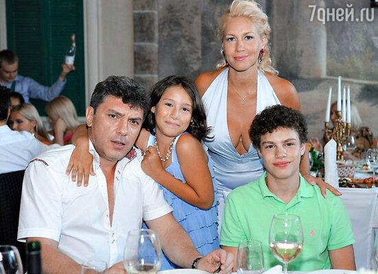 Екатерина Одинцова и Борис Немцов с детьми