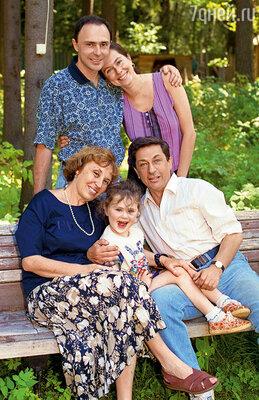 Игорь Кваша с женой Татьяной, сыном Владимиром, невесткой Натальей и внучкой Настей. 1996 год
