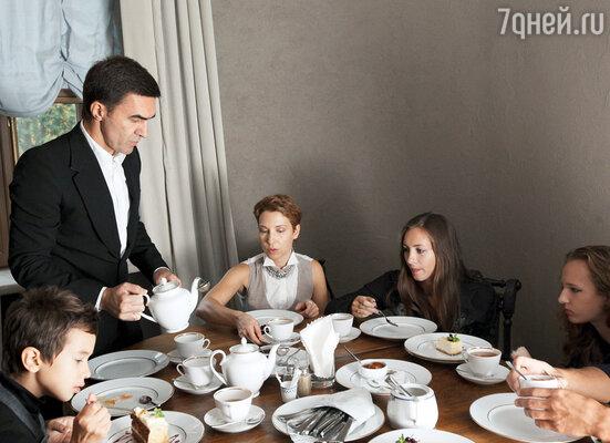 После посещения школы семейство отправилось на обед в ресторан