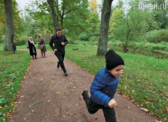 Пробежка отца и сына Бутусовых по Павловскому парку