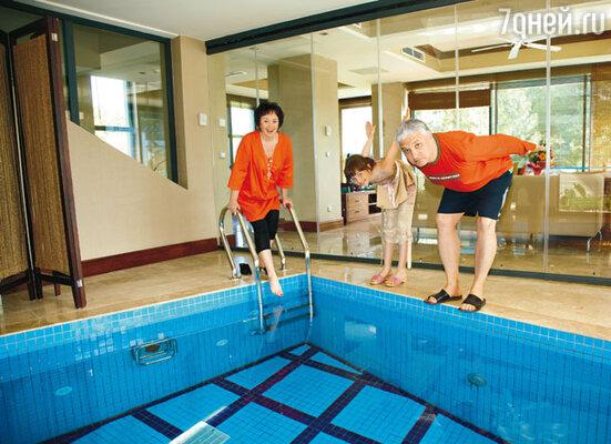 Лариса, Игорь и Леля провели неделю отдыха уединенно — на обособленно расположенной двухэтажной вилле с собственной сауной, а также крытым и открытым бассейнами