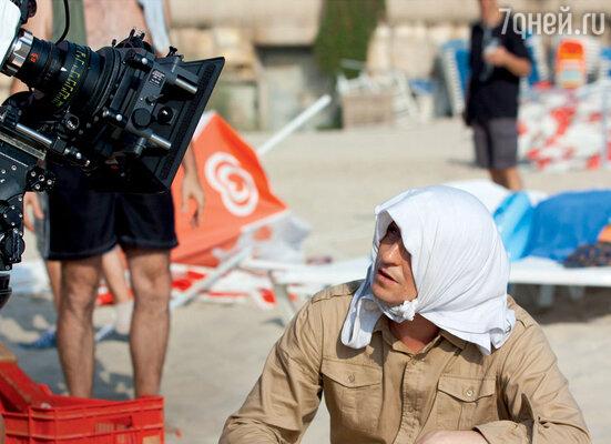 В перерывах артисты защищались отпалящего израильского солнца ктокак мог