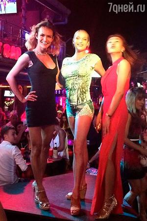 Анастасия Волочкова с трансвеститами на отдыхе в Тайланде