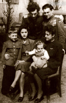 Одна из первых послевоенных фотографий: братья Алексей и Семен Высоцкие, Володя, его мачеха Евгения Степановна, моя мама, на коленях у которой сидит мой родной старший брат Саша