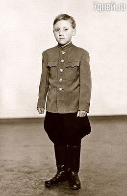 Это фото Володи сделано моим отцом в 1947 году в Германии, где после войны служили братья Высоцкие