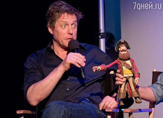 Хью со своим персонажем вмультфильме «Пираты: Банда неудачников»